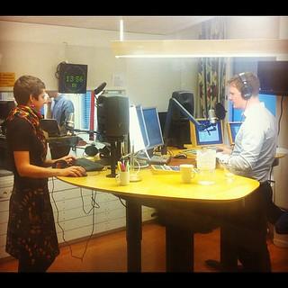 Dags för en nyhetsuppdatering i #alltidnyheter's studio, med @evalisaw och @stefanelof | by bisonblog