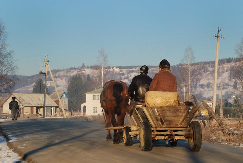 Montagnards des Carpates se rendant au marché du lundi, Kosmach, Carpates, Ukraine 26/12/2011 - photo Bernard Grua DR