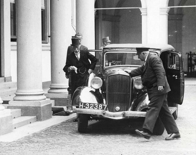 Minister President Jonkheer Dirk Jan de Geer stapt uit 1933 Plymouth H-32387, Den Haag 1939
