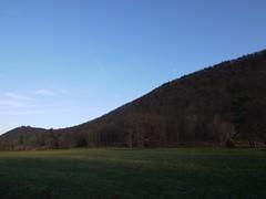 日, 2011-12-04 15:21 - 道路から見たSugarloaf HillとCastle Rock