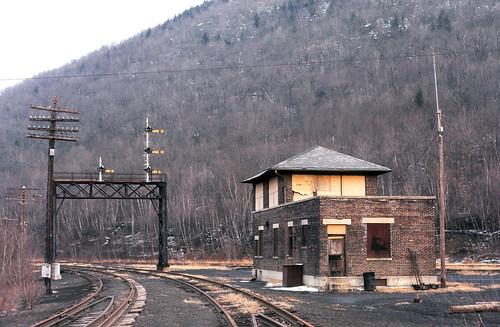 abandoned railway semaphore cnj fallenflags signalbridge jerseycentrallines railroadtower copyrightminingcamper