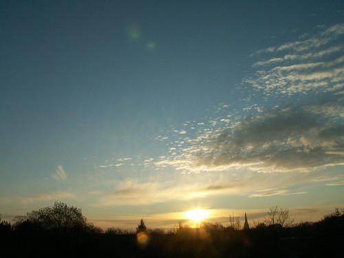 Sonnenaufgang in den neuen Welten, die Wolken wurden immer dumpfer, die wunden Töne immer stumpfer, wie Messer stumpf, wie Messer spitz, und aus dem alten Liebeslied klagten zwei Kinderstimmen, da fiel der erste Blitz 003