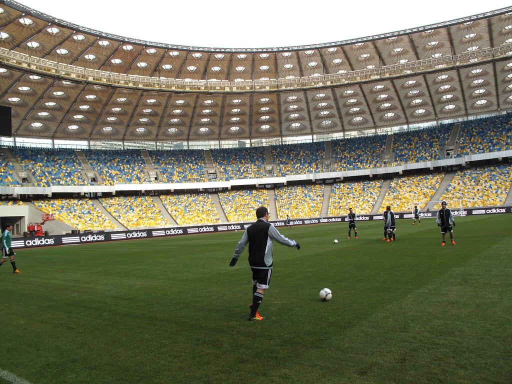 Prismatico Probando El Balon Tango 12 En El Estadio Olimpi Flickr