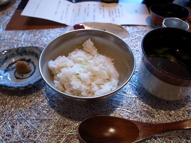 <p>f)<br /> ご飯の左が山わさびのしょうゆ漬け!2膳目のご飯はこの山わさびをのせ、あられをのせ、熱いおだしをかけてお茶漬けに!<br /> 右のお椀は赤だしの味噌汁。。。おいしい!!</p>