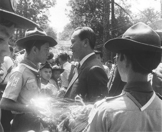 Tết Trung Thu 1969 - Distributes Gifts