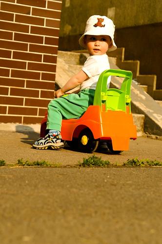 Dítě před věžákem