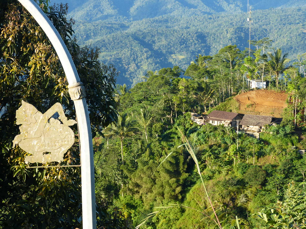 Java-Centre Suroloyo sur Menoreh-Hill  Sur la gauche Semar… | Flickr