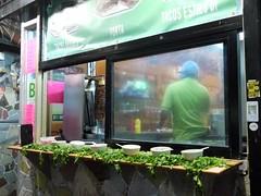 日, 2010-10-24 18:22 - El Athens Grill 夕方になると店の前に立ち食い用のセットが並ぶ