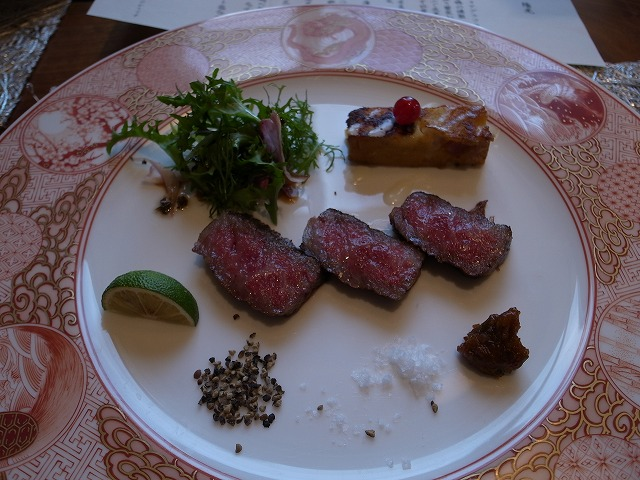 <p>d)合肴<br /> 特選黒毛和牛のサーロインステーキ<br /> 塩昆布ドレッシングのサラダ</p>