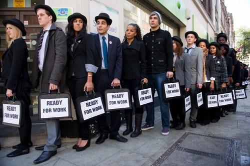 圖05在財務狀況與美國非常相似的英國,很多年輕人被推到了社會的陰影裏,這個群體甚至有了自己的名字:尼特族