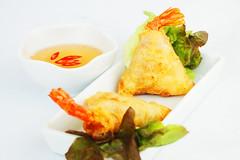 Triángulos de gambas y cangrejo en papel de arroz