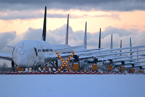 winter sunset snow cold dark closed storage boeing 787 pae kpae 788 dreamliner 7878
