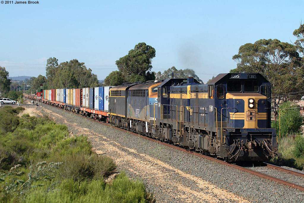 T395, T364, B76 and S313 with 9071 at North Bendigo by James Brook