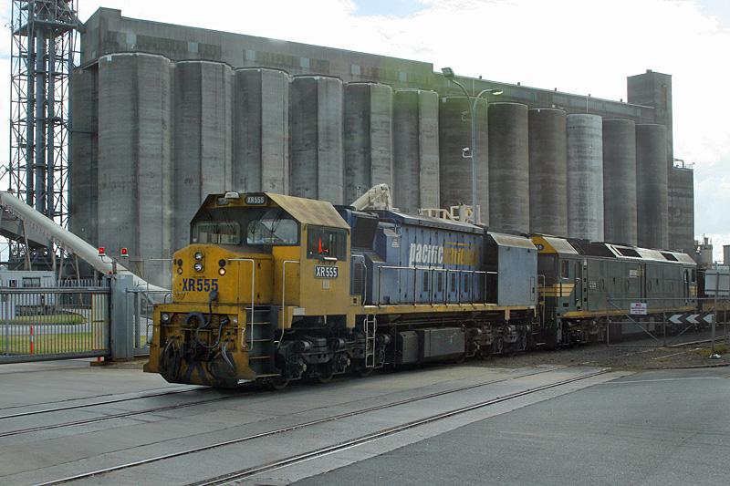 XR555 & G528 unloading grain in Portland by Corey Gibson