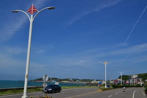 圖10.北海岸公路是台灣一條風景怡人的熱門觀光道路,沿途風箏造型的路燈,好像在與天競高。