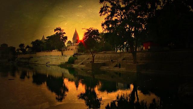 INDIEN, Orchha,  Chattris am Ufer des Betwa-River, am Abend, 14004/6841