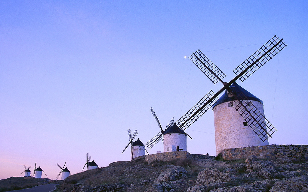 Molinos bajo un cielo azul en Consuegra (a row of tower windmills under the clear dawn sky in Consuegra)