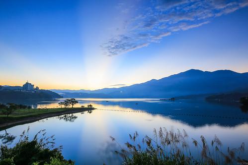 日月潭 日出 斜射光 sunmoonlake sunrise dawn rays lake nantou taiwan 出水口 水社大山 霞光 南投