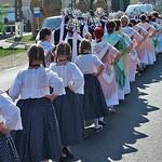 Ihr Outfitt mit pummeligen Röckchen aus gepunktetem, dunklem Stoff sowie die Blusen mit Spitzen und Saum erinnern an die schwäbische Oma-Garderobe.