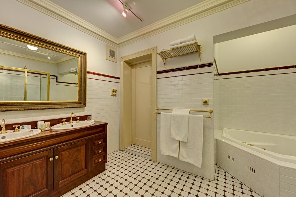 Cobb & Co Court Boutique Hotel - Deluxe Queen Room Bathroom