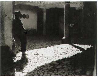 Patio de la Posada de la Sangre en 1934. Fotografía de Antoine Demilly y Théo Blanc | by eduardoasb