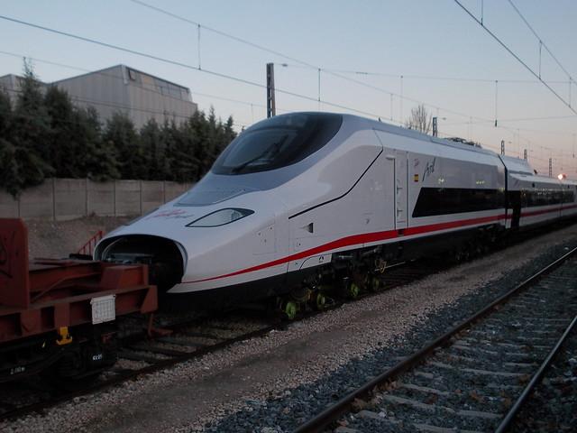 Renfe Mercancias - 333.343 con Talgo Avril llegando a Aranjuez