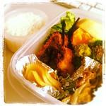 【Lunch】串かつ、野菜炒め、ブロッコリー、漬物、レタス、ご飯、リンゴ、ネーブル、緑茶。