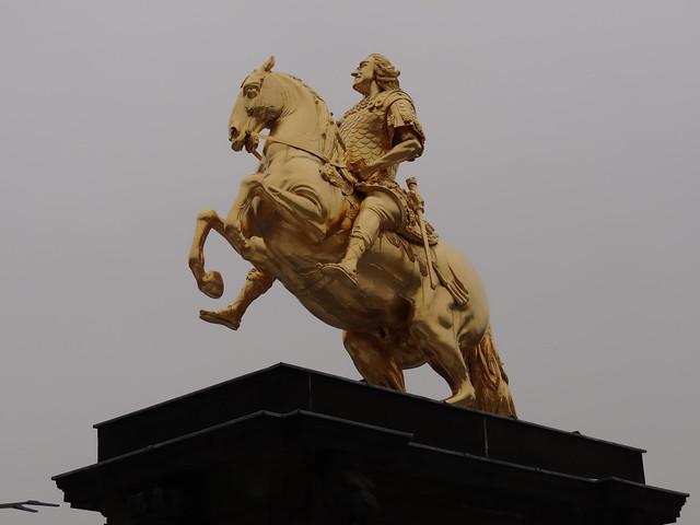Goldener Reiter, das Reiterstandbild des sächsischen Kurfürsten und polnischen Königs August des Starken auf dem Neustädter Markt in Dresden zwischen Augustusbrücke und der Hauptstraße 0430