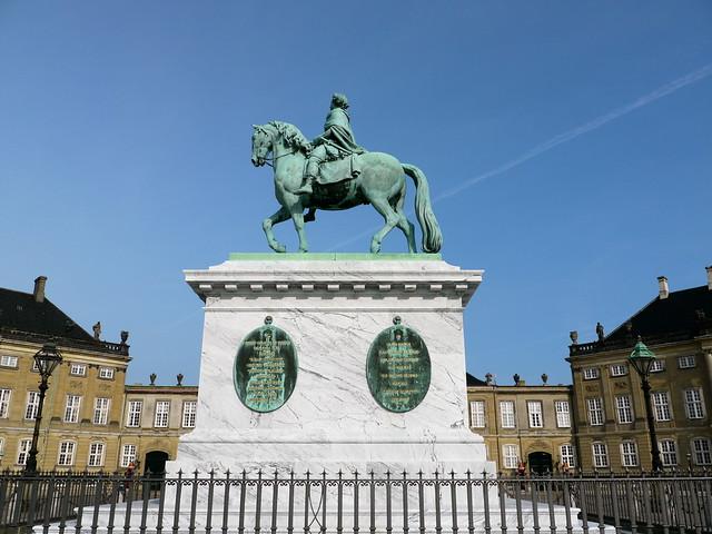 Copenhague, Danemark, place d'Amalienborg: statue de Frederik V, son fondateur, par Jacques François Joseph Saly.