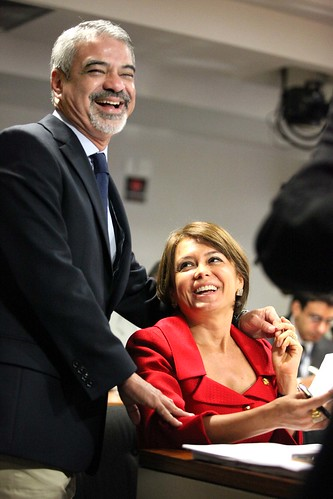 28/11/12 | Senadora Ângela Portela PT/RR cumprimenta Humberto Costa durante sessão da Comissão de Assuntos Sociais. Foto: André Corrêa / Liderança do PT no Senado.
