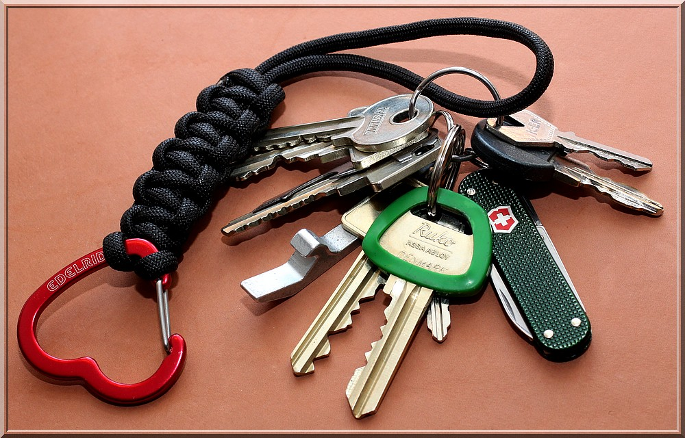 Paracord keychain for Maria   A black paracord keychain, I m