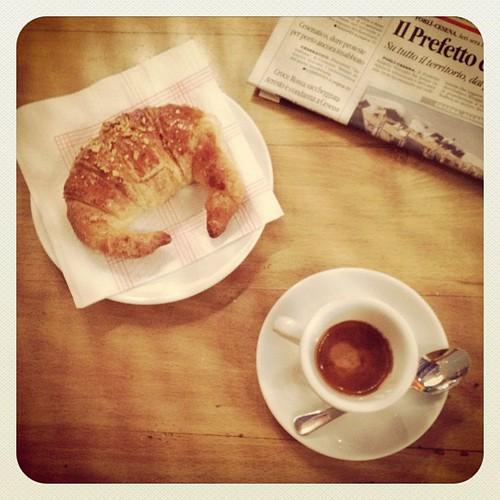 Di sicuro oggi non si fatica a trovare un tavolo per la colazione.  Buongiorno, bora! | by Roberta Romagnoli / wererabbit