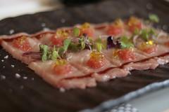 Usuzukuri de Toro con tartar de tomate y confitura de jengibre