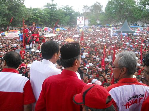 Jokowi dan Hamka Haq di hadapan puluhan ribu massa pada saat kampanye di Jember 4 April 2014.   by hamkahaq