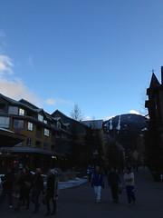水, 2012-02-22 17:10 - 雪のないWhistler Village, 初めて青空が出た