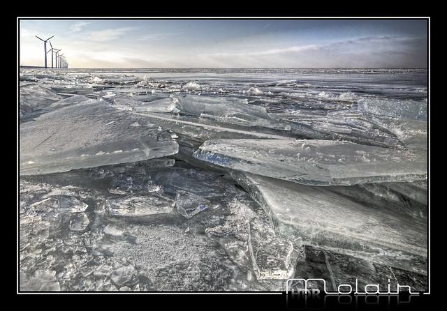 Kruiend ijs tegen de IJsselmeerdijk