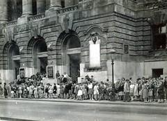 2012. március 7. 13:22 - A Rákosi-kiállításra érkező iskolai csoportok az épület előtt, 1952. (Fotó: Magyar Nemzeti Múzeum  Adattára)