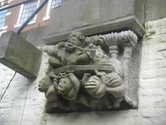 <p>Zijaanzicht van de sculptuur, waarbij ook duidelijk de zittende man op de schouders van de slaven te zien is.</p>
