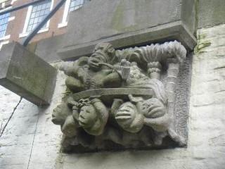 Zijaanzicht van de sculptuur, waarbij ook duidelijk de zittende man op de schouders van de slaven te zien is.