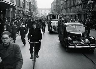 Biler med bl.a. soldater fra Frikorps Danmark som bodyguards på trinbrætterne på vej fra KB-Hallen efter DNSAP's forårsappel d. 26. april 1942