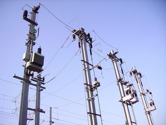 Transformateur et poteaux électriques