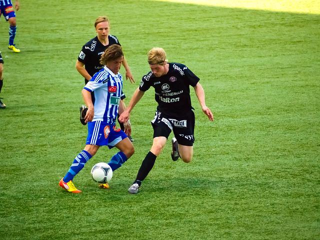 HJK Helsinki jugando al fútbol