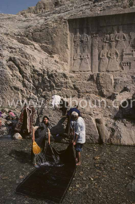 Iran - iranian carpet cleaning in a bassin in REY area  Tehran -Iran /// lavage des tapis dans un bassin du faubourg de Rey devant des sculptures monumentales- Teheran Iran