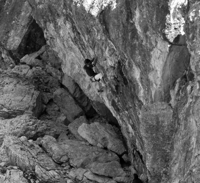 Alpinista in allenamento sulle palestra delle Cinque Torri a Cortina d'Ampezzo