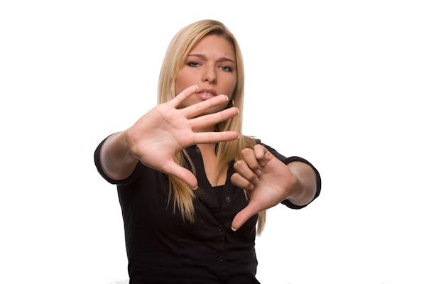 Frau – Stop – Daumen runter