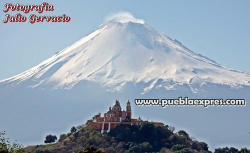 P6080045 Majestuoso el Volcán Popocatépetl y el Santuario Nuestra Señora de los Remedios. Cholula Puebla por Julio Gervacio para Mv Fotografía Profesional / www.pueblaexpres.com