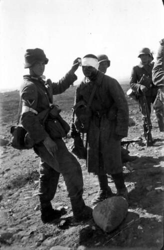 Sanitetssoldat bandasjerer en russisk soldat