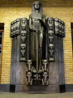 Monumentaal beeld bij de ingang van het postkantoor. Foto: Geerten van Gelder.