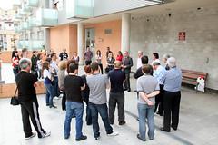 El grupo de vecinos/as de la reunión del 9 de mayo escucha a Arriola, Totorika y a Larrea