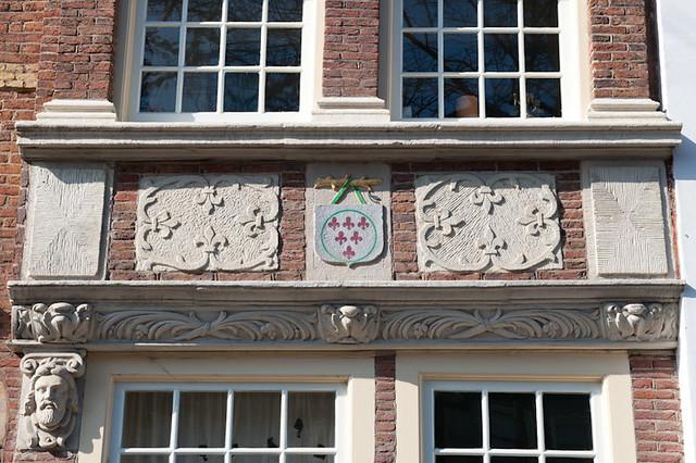 Het wapenschild van de familie Van Weede van Dijkveld (Maliebaan 18), zoals te zien op de gevel van nr. 37. Foto: Anna van Kooij.
